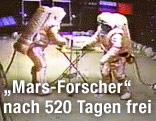 Zwei Wissenschafter in Raumanzügen simulieren eine Landung auf dem Mars