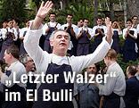 Ferran Adria vor der Belegschaft des Restaurants El Bulli