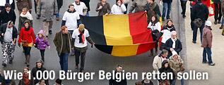 Menschen tragen die Belgische Flagge durch eine Straße
