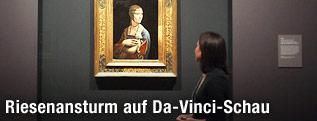"""Besucherin betrachtet das Bildnis """"Dame mit dem Hermelin"""""""