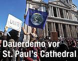 Demonstranten vor der St.Paul's Cathedral in London