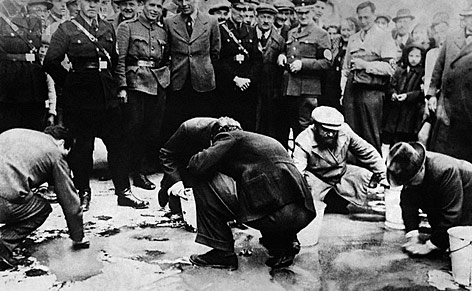 Juden müssen 1938 eine Straße in Wien schrubben