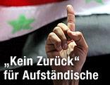 Zeigefinger vor syrischer Fahne