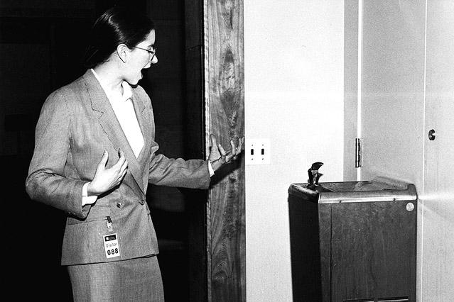 Frau blickt auf Wasserspender