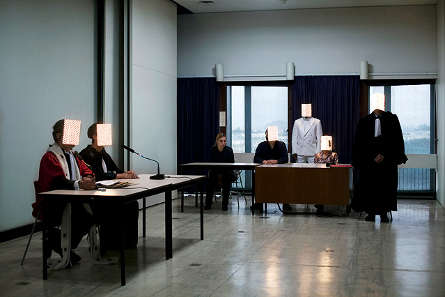 Personen in einem Raum mit LED-Leuchten im Gesicht
