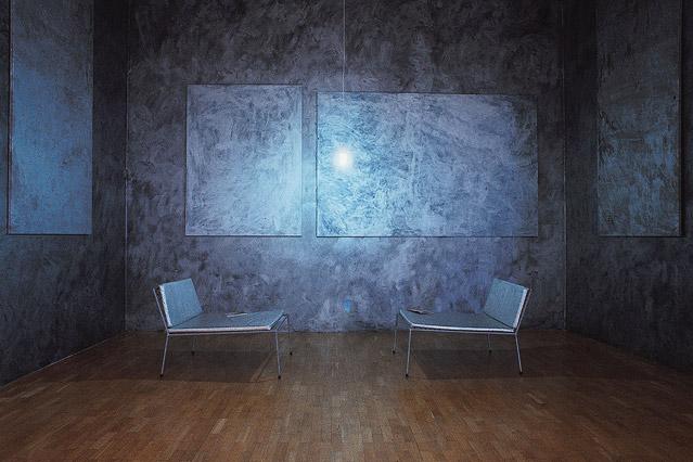 Zwei Sessel in einem Raum aus Metall