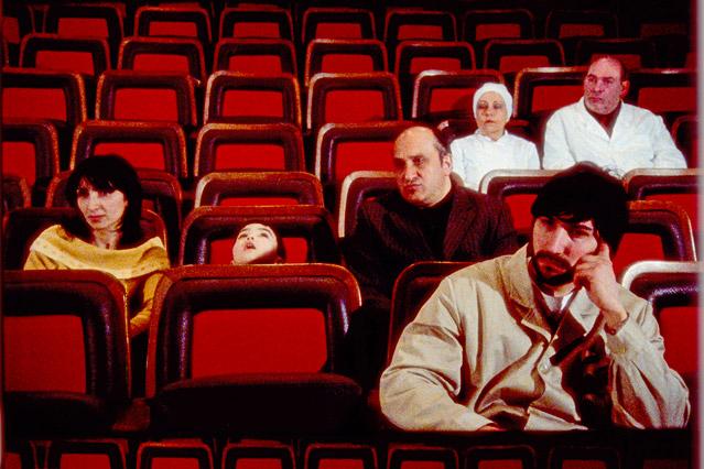 Zuseher sitzen in einem Kinosaal