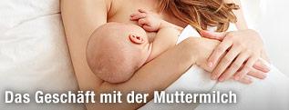 Mutter liegt im Bett und stillt ihr Baby