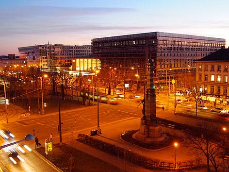 Nachtaufnahme vom Bau des Westbahnhofs