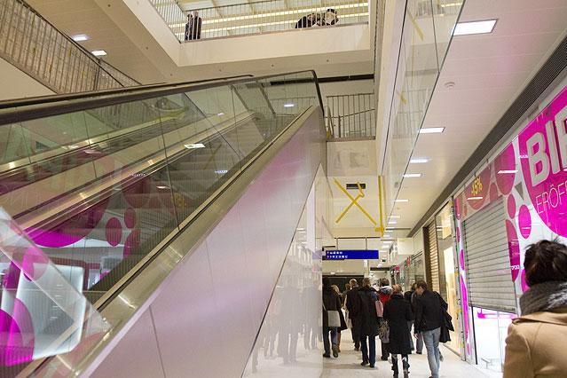Rolltreppe und BIPA-Filiale im Westbahnhof