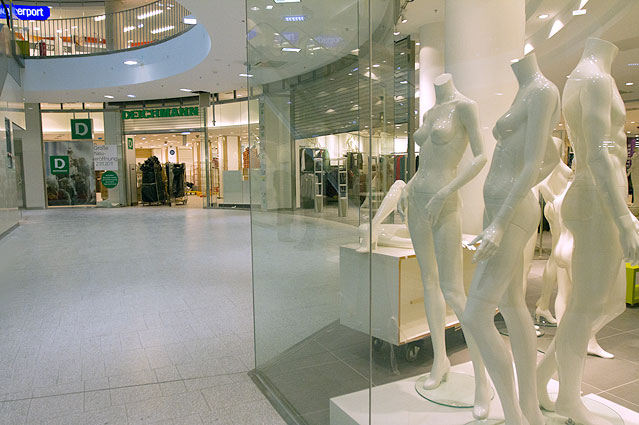 Schaufensterpuppen in einem Geschäft im Westbahnhof