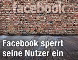 Facebook-Logo auf einer Mauer
