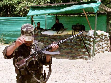 Kolumbianischer FARC-Rebell mit Gewehr