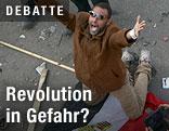 Demonstrant kniet auf ägyptischer Flagge