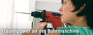 Frau mit Bohrmaschine