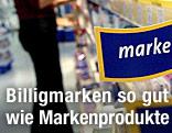 """Schild mit Aufschrift """"Marke"""" in einem Geschäft"""