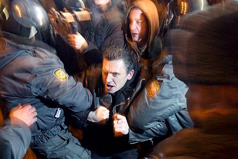 Oppositioneller Demonstrant im Kampf mit Sicherheitskräften