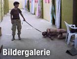 Die Soldatin Lynndie England führt im Gefängnis von Abu Ghraib einen Gefangenen an der Leine