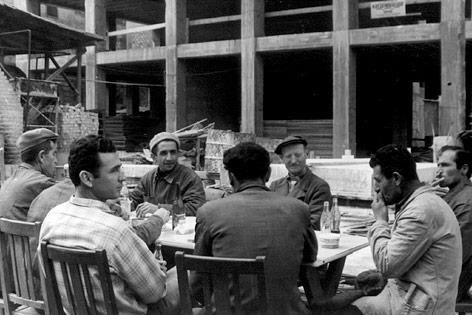 Historische Aufnahme von Gastarbeitern in Österreich