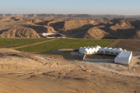 Landwirtschaftskooperative am Rand der begrünten Wüste