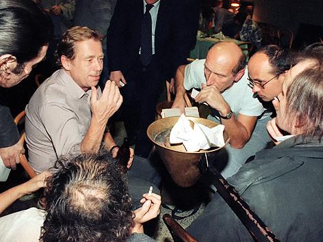 Vavlav Havel 1989 in einer Diskussionsrunde