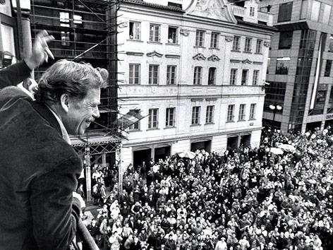 Vaclav Havel winkt von einem Balkon den Menschenmassen