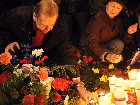 Vaclav Havel zündet am 20. Jahrestag der Samtenen Revolution eine Kerze an