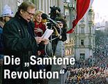 Vaclav Havel spricht 1989 auf einem Balkon vor Menschenmassen auf dem Prager Wenzelsplatz