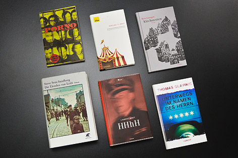 Bücher auf schwarzem Untergrund