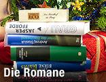 Bücherstapel vor einem Weihnachtsbaum