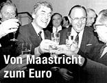 Die EU-Finanzminister Cavaco Silva, Hans-Dietrich Genscher and Jaques Dalors stoßen mit EU-EU-Kommissionspräsident Ruud Lubbers auf den Maastricht-Vertrag an
