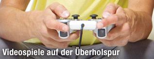 Junge Menschen spielen Videogames