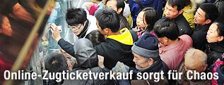 Menschenmasse beim Ticketschalter
