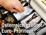 Kasse mit Euro-Banknoten und -Münzen