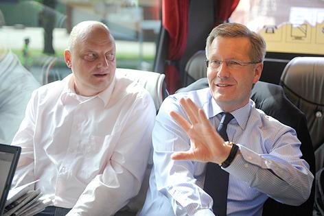 Christian Wulff neben Regierungssprecher Olaf Glaeseker