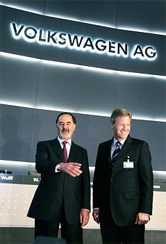 Bernd Pischetsrieder mit Christian Wulff unter dem Schriftzug der Volkswagen AG