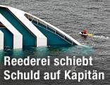 Ein Rettungsboot kreist um das sinkende Kreuzfahrschiff