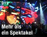 Musiker auf einer Bühne vor einer LED-Wand