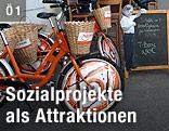 Orange-weiße Fahrräder mit Korb