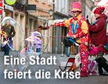 Ein Clown macht in  einer Fußgängerzone in Maribor Seifenblasen