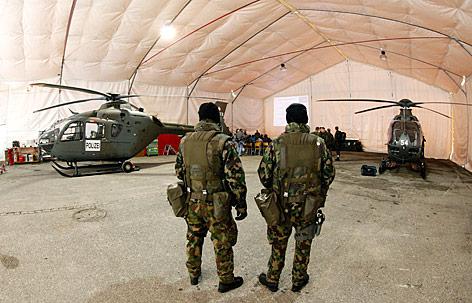 Helikopter in einem Zelt in Davos