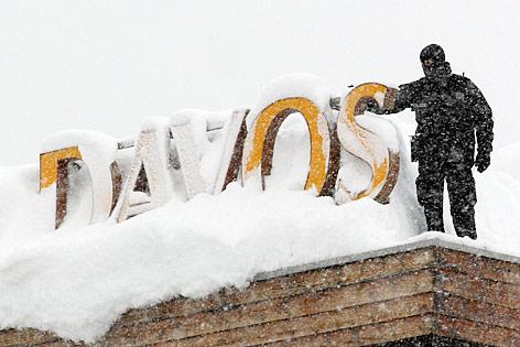 Schneemassen auf einem Dach in Davos