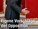 Politiker geht durch eine Türe in der Hofburg