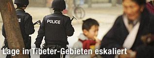 Tibetanische Polizei und Passanten