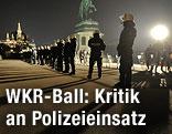 Polizisten in einer Reihe auf dem Heldenplatz