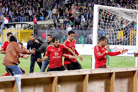Fußballspieler flüchten vor Fans