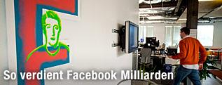 Zuckerbergs Kopf und ein großes F auf einer Wand gemalt