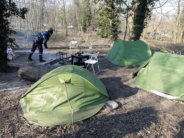 Ein Mitarbeiter des Zivilschutz sieht nach Obdachlosen in Zelten in einem Park in Paris
