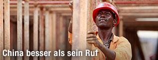 Afrikanischer Bauarbeiter mit Schutzhelm