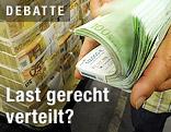 Geldpakete gestapelt, Hand blättert durch 100-Euro-Scheine